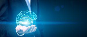 egy világító agy egy öltönyös férfi kezében